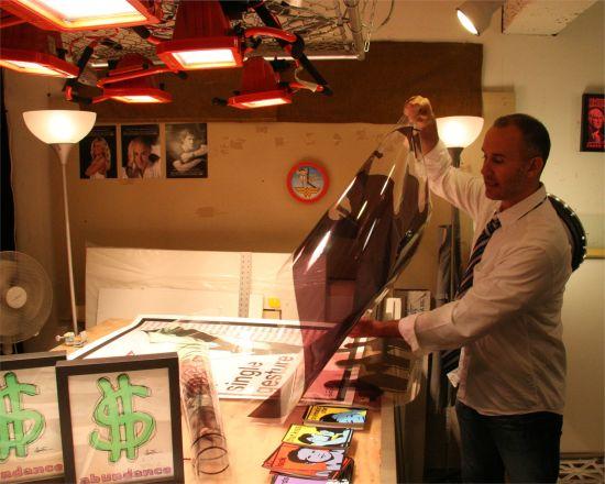 Glenn Fry demonstrates his printing method at a recent open studio. Photo credit: Luis Gomez.