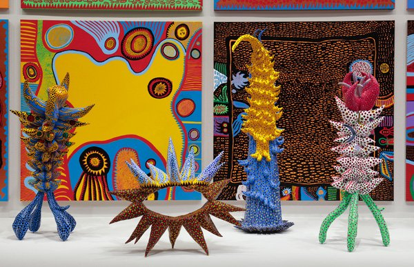 Kusama_Installation_image_sculpture_and_paintings_1
